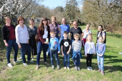 Bürgermeisterkandidatin Lisa Becker spendet Wildblumensamen für den Lautzkircher Schulgarten