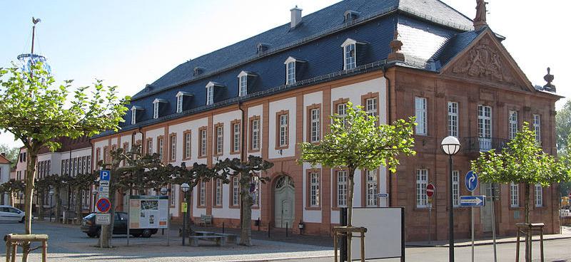 800px-Blieskastel_Rathaus_schmal